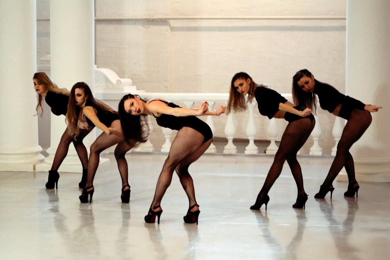 Танцы для взрослых женщины видео, голые девушки заставили парня дрочить на них